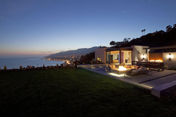 Brilliant Contemporary Home Overlooks the Ocean and PCH from the Pacific Palisades
