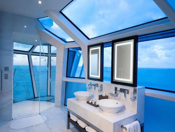 Stunning panoramic bathroom with a view over the sea!